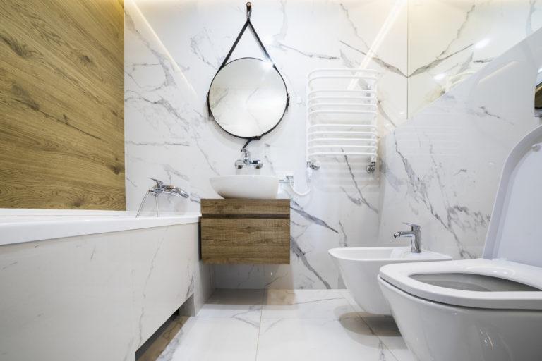 Drewno w łazience i marur